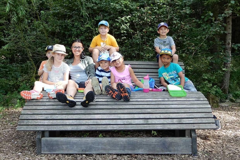 Naturpädagogin Emma Hurghia und Kinder auf Bank
