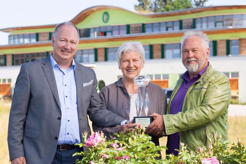 Geschäftsführer Titus Kaufmann mit den Firmengründern Ute Leube und Kurt L. Nübling mit dem Spa Diamond Award 2017