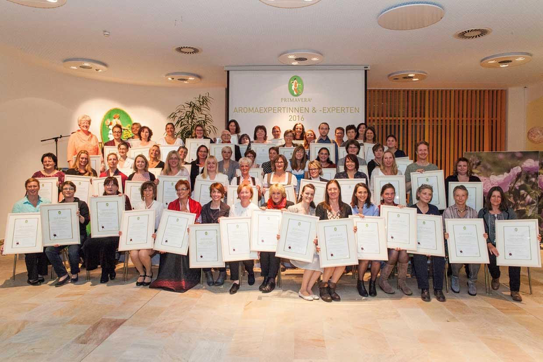 Gruppenbild der Absolventinnen der PRIMAVERA Fachakademie